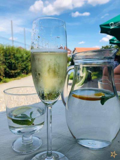 Osvěžující sklenička prosecca v restauraci La Sella